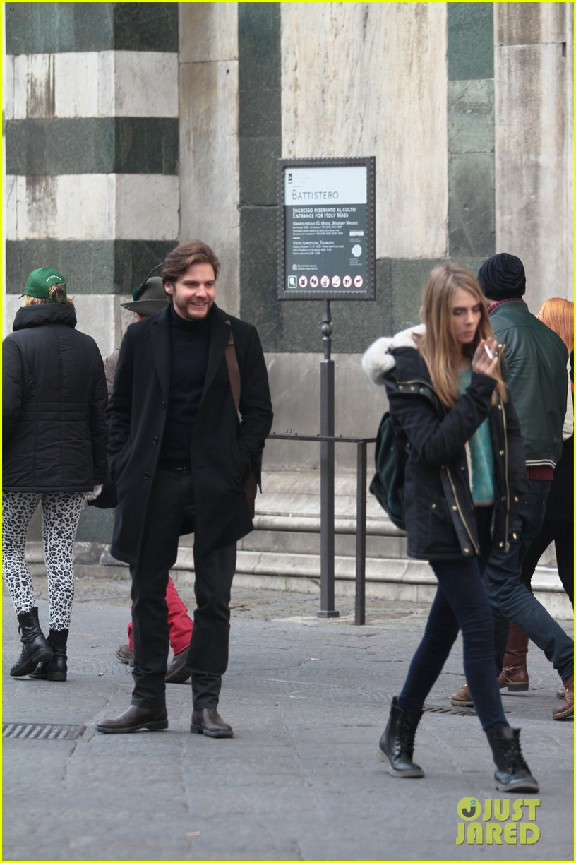 cara delevingne films a movie with daniel bruhl in italy 103014681