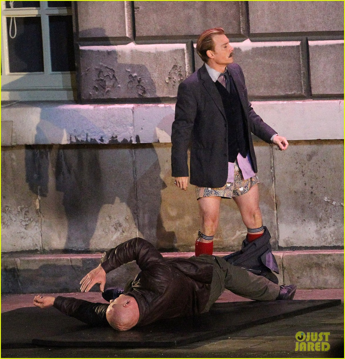 johnny depps pants fall to the ground while filming mortdecai 033008465