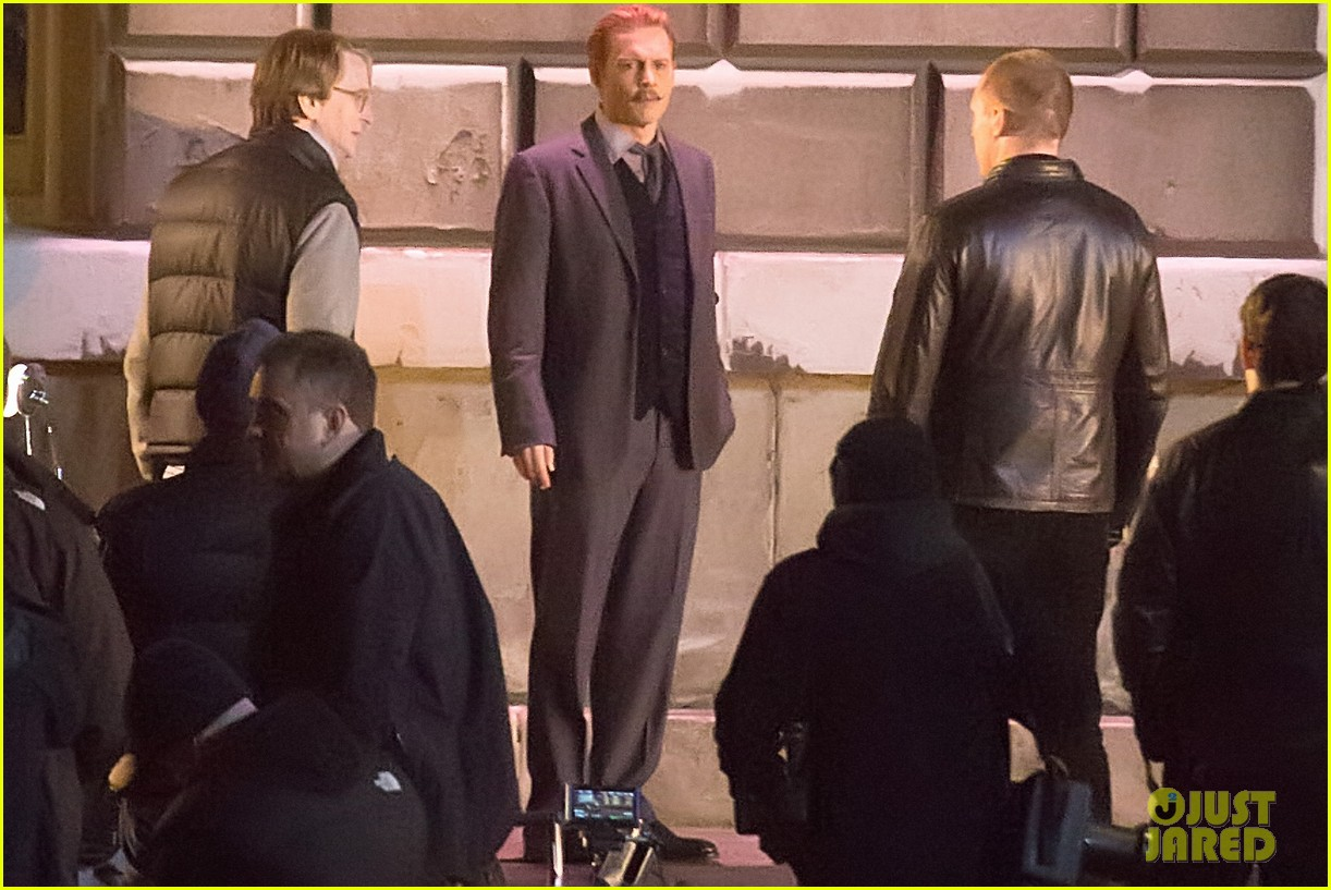 johnny depps pants fall to the ground while filming mortdecai 043008466