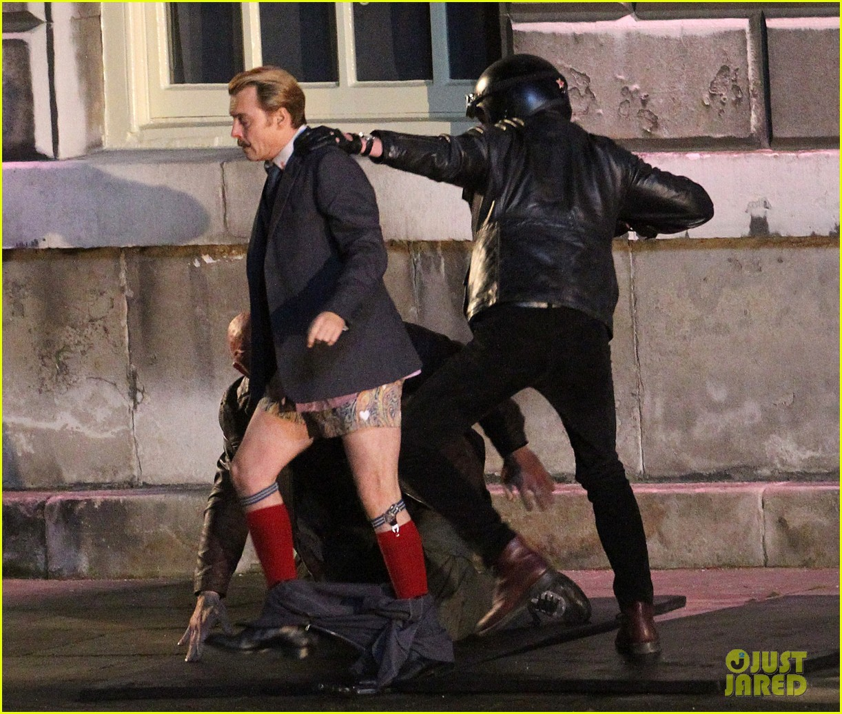johnny depps pants fall to the ground while filming mortdecai 053008467