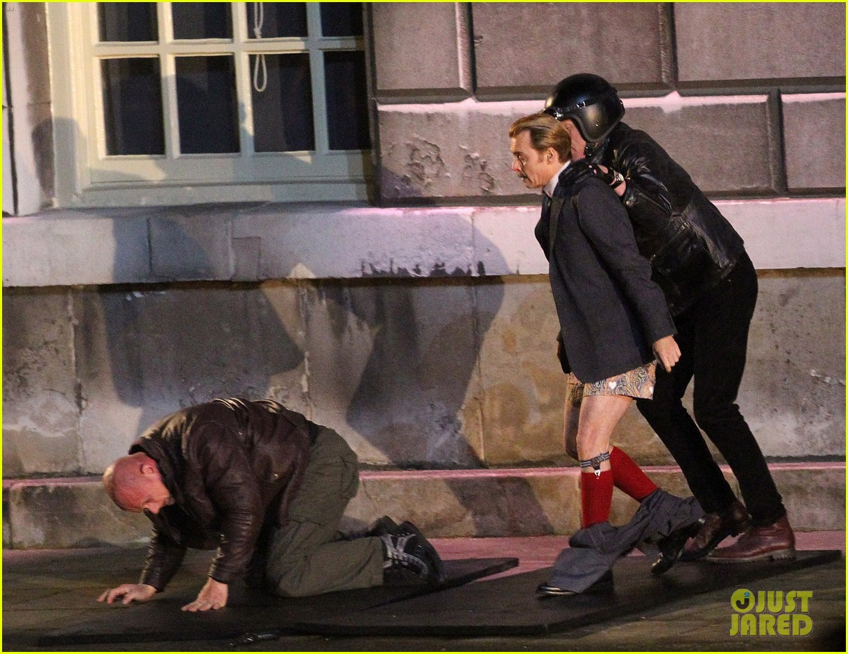 johnny depps pants fall to the ground while filming mortdecai 08