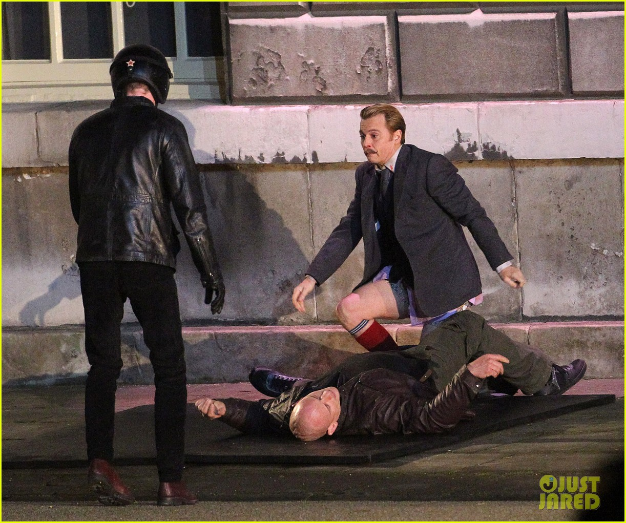 johnny depps pants fall to the ground while filming mortdecai 103008472