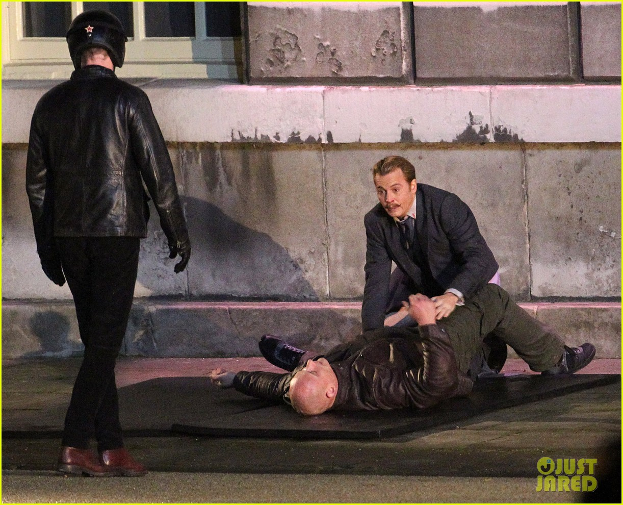 johnny depps pants fall to the ground while filming mortdecai 113008473