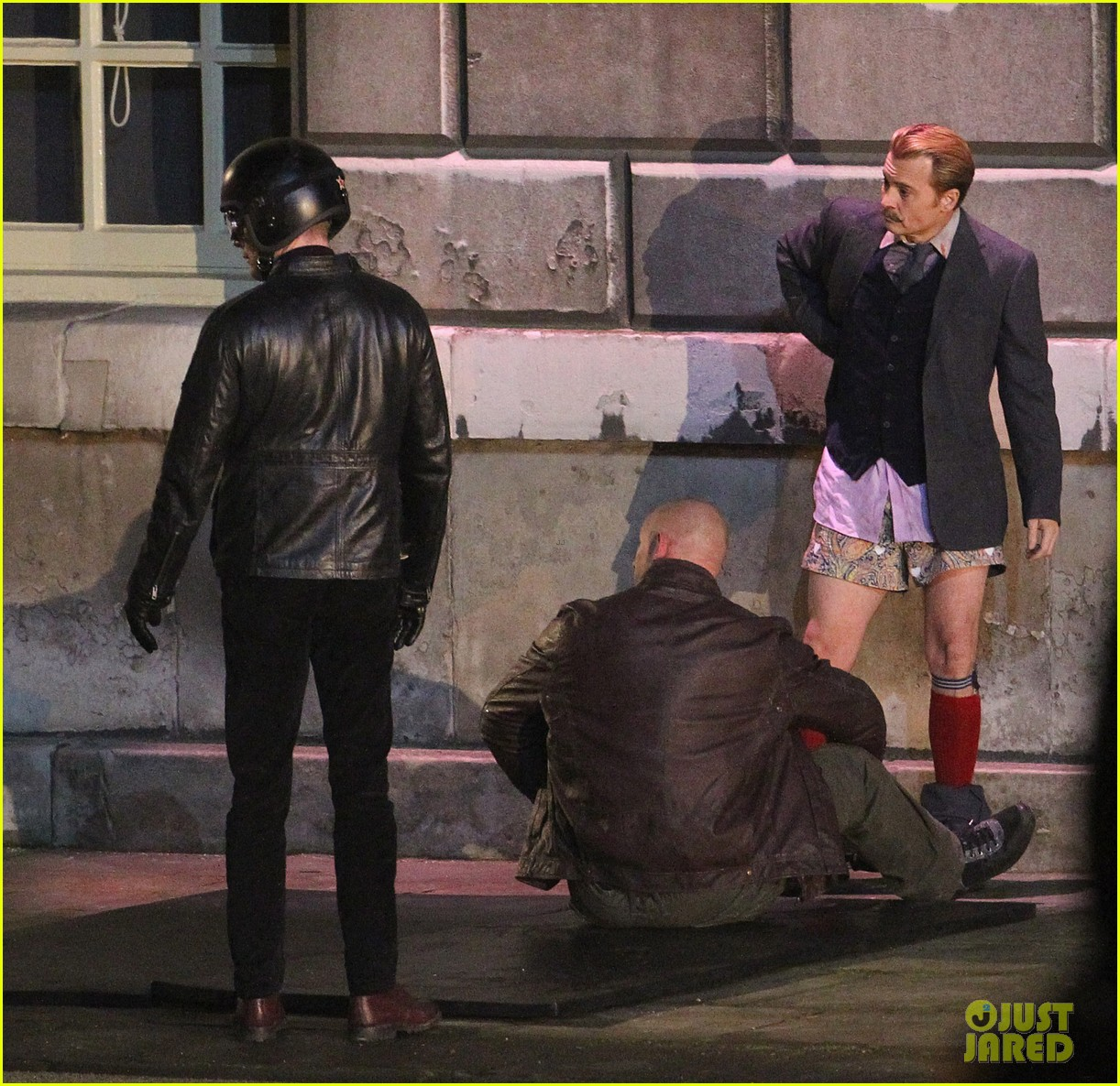 johnny depps pants fall to the ground while filming mortdecai 173008479