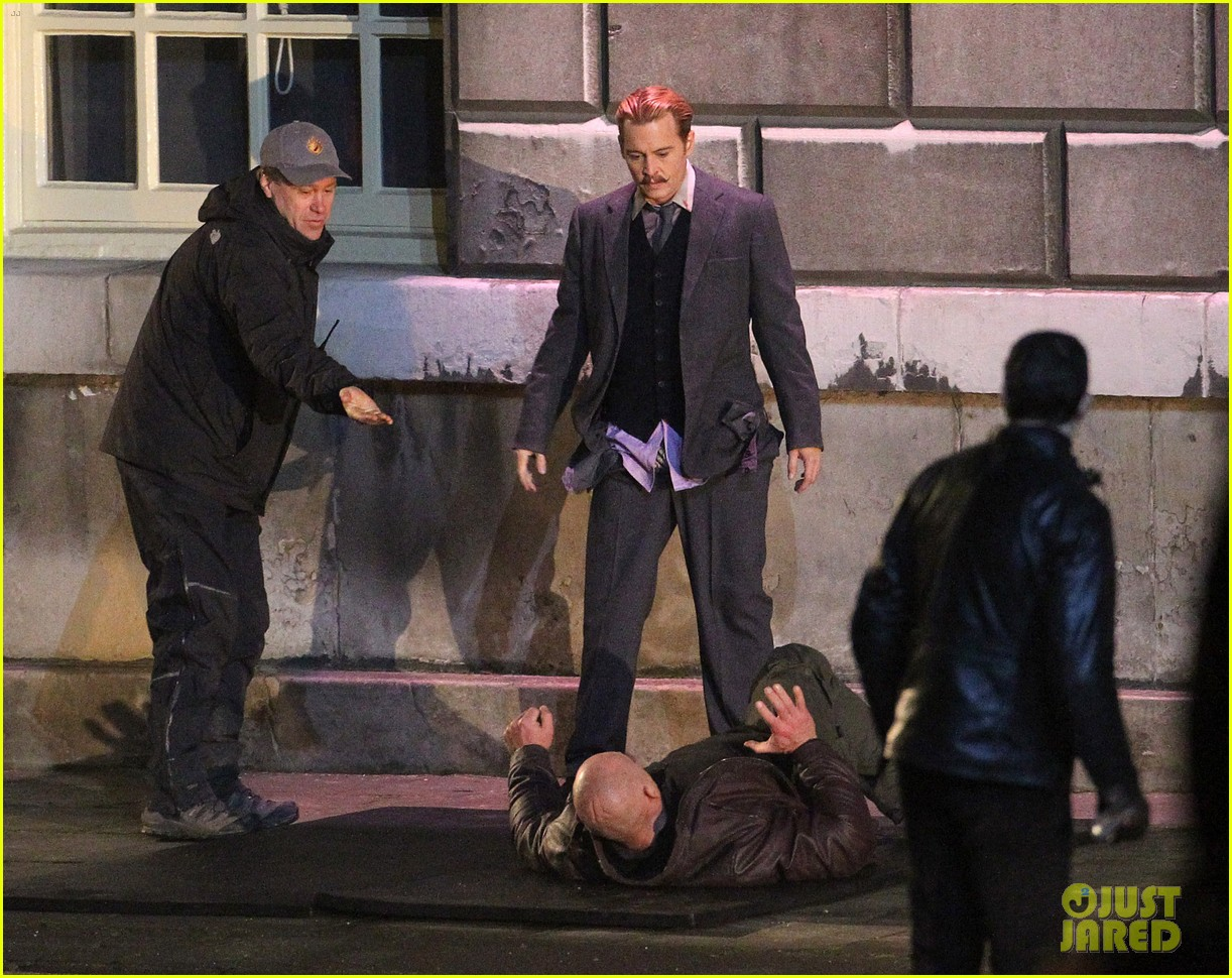 johnny depps pants fall to the ground while filming mortdecai 223008484