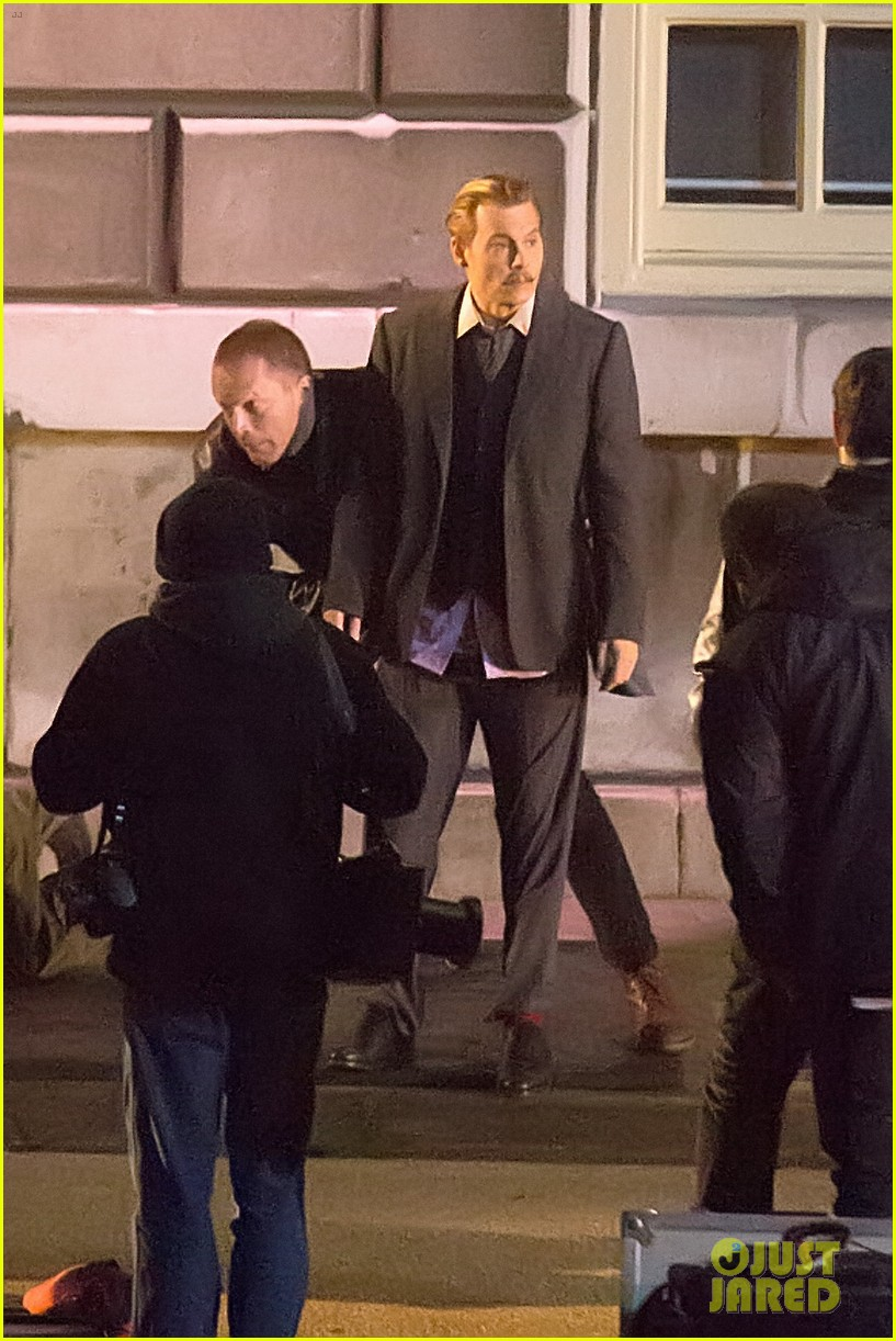 johnny depps pants fall to the ground while filming mortdecai 27