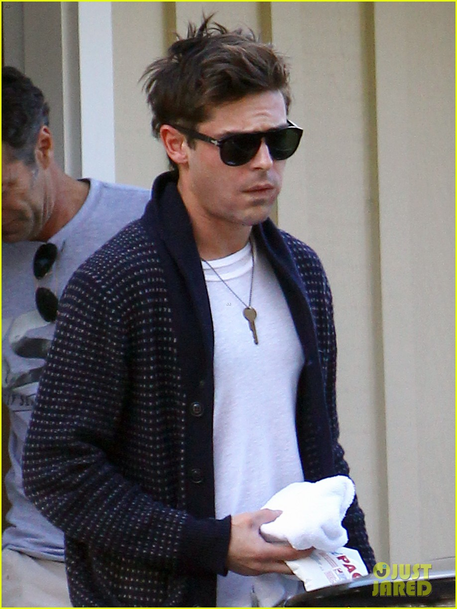 zac efron photographed for first time since breaking his jaw 023003397