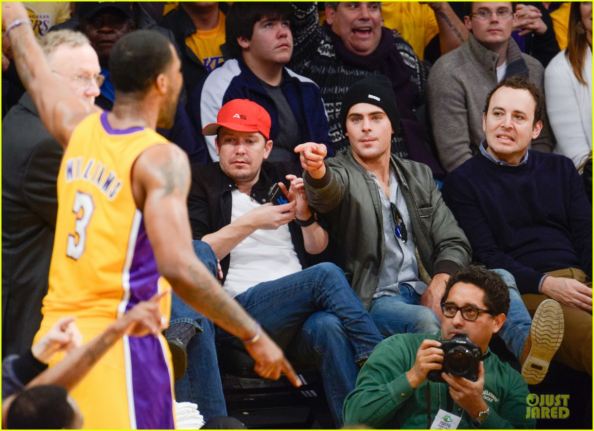 zac efron cheers on lakers for win against timberwolves 03