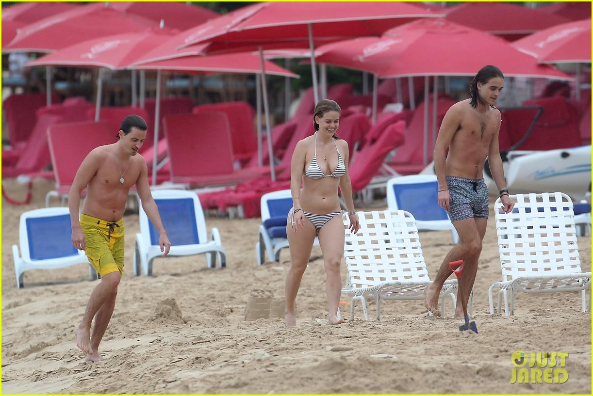 alice eve bares bikini body on christmas in barbados 053018236