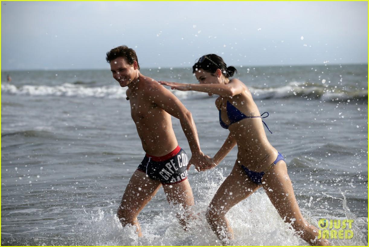 peter facinelli jaimie alexander bare beach bods in mexico 013009993