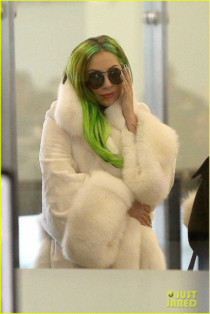 lady gaga flies out after voice duet with christina aguilera 023014325