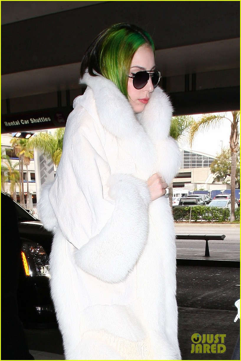 lady gaga flies out after voice duet with christina aguilera 043014327