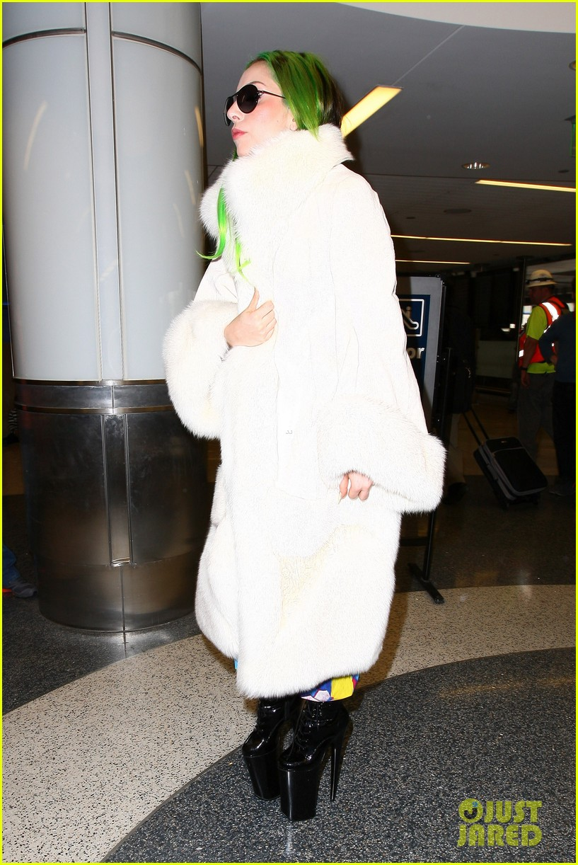 lady gaga flies out after voice duet with christina aguilera 053014328