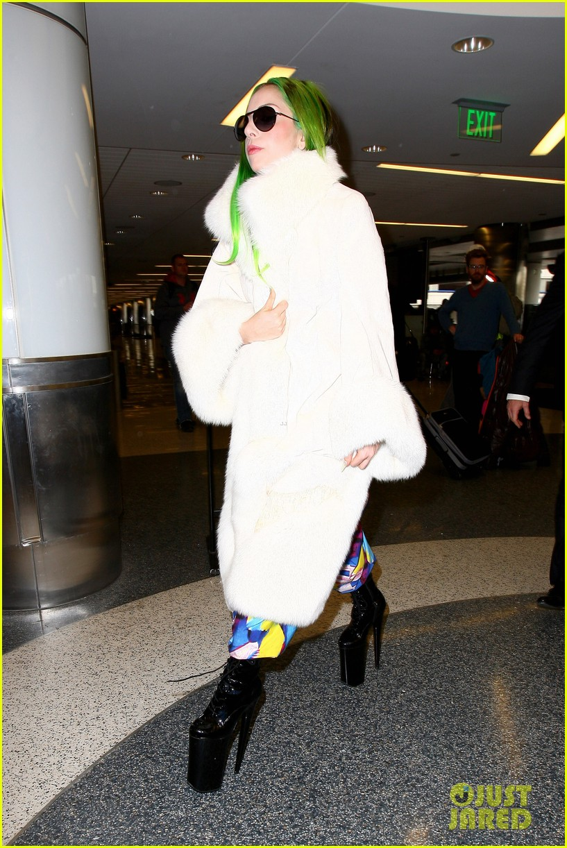 lady gaga flies out after voice duet with christina aguilera 063014329