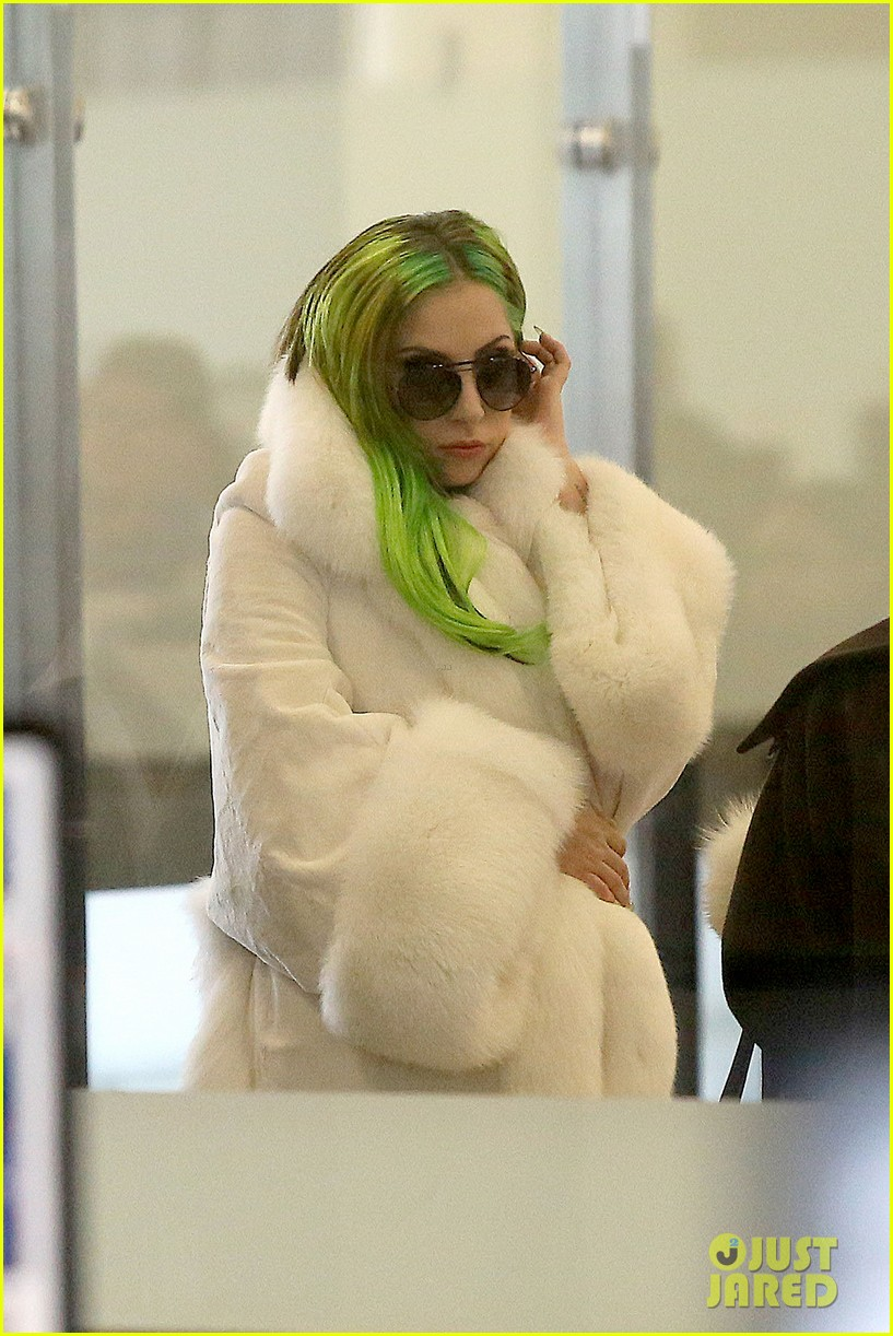 lady gaga flies out after voice duet with christina aguilera 093014332