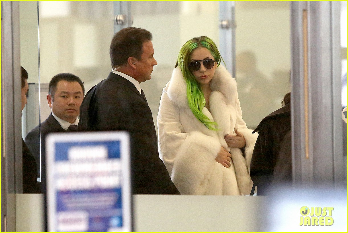 lady gaga flies out after voice duet with christina aguilera 103014333