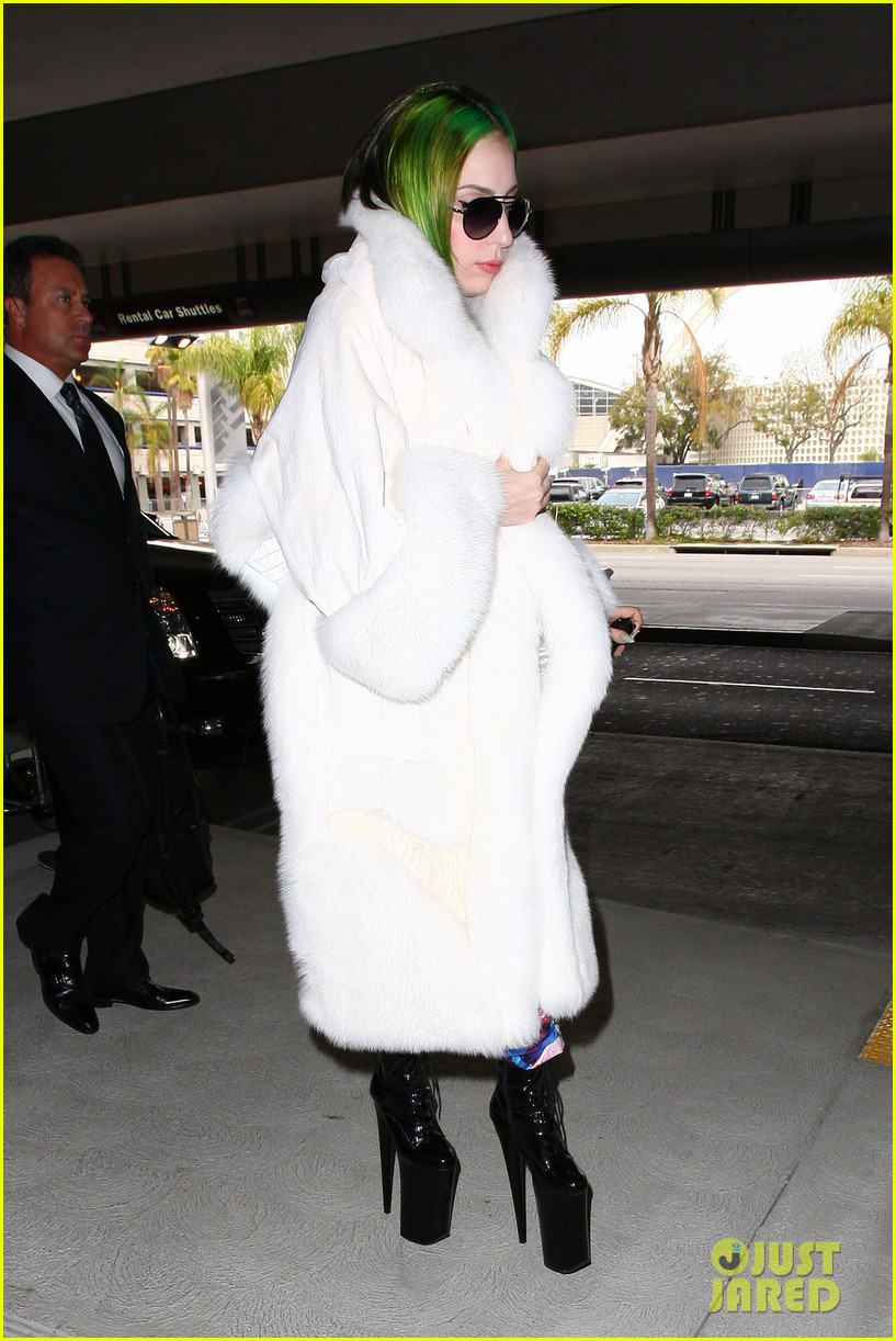 lady gaga flies out after voice duet with christina aguilera 123014335