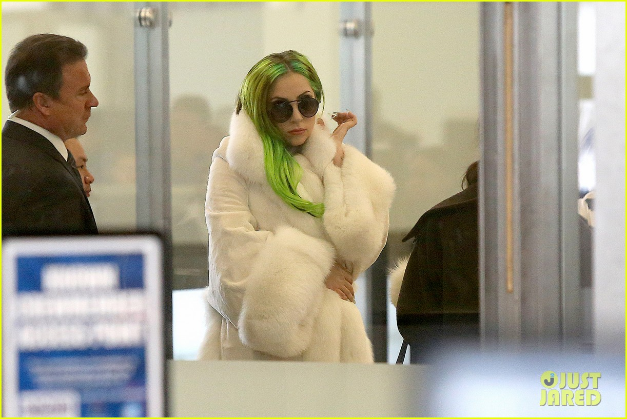 lady gaga flies out after voice duet with christina aguilera 133014336
