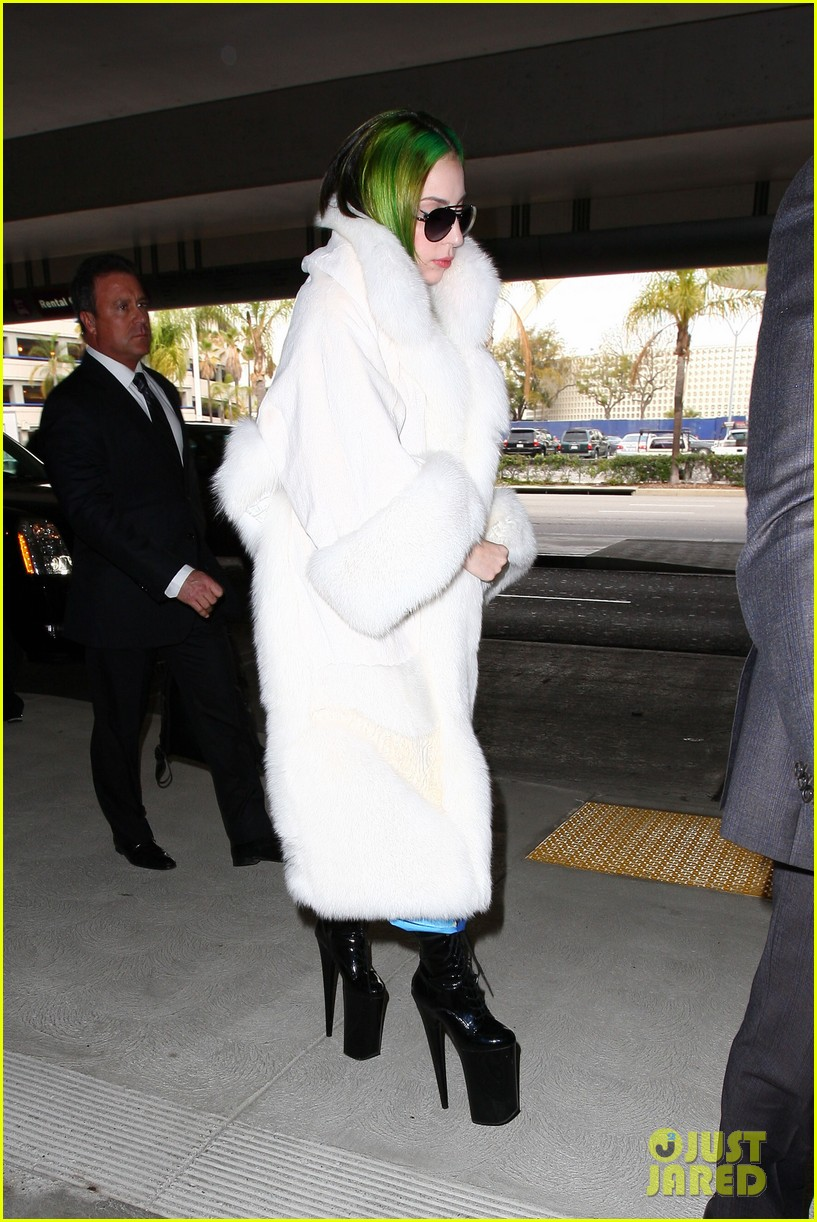 lady gaga flies out after voice duet with christina aguilera 153014338