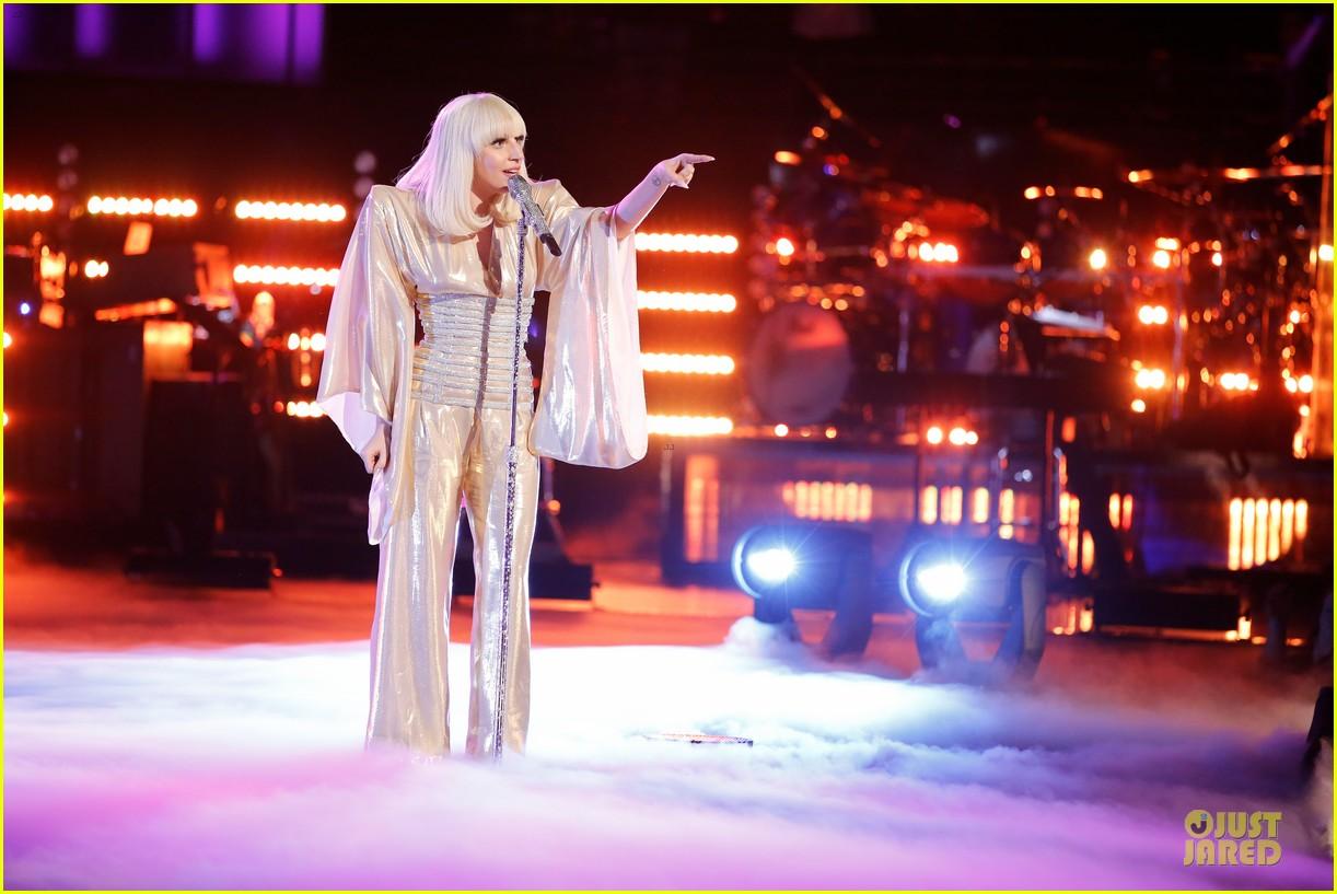 Hoy en The Voice: Xtina y Lady Gaga juntas en el mismo escenario - Página 6 Lady-gaga-christina-aguilera-do-what-u-want-03