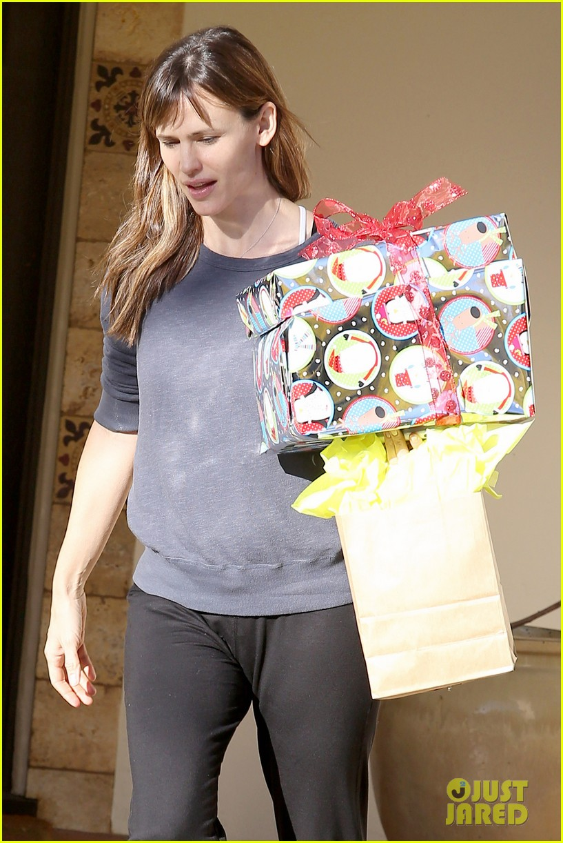 jennifer garner gets ready for christmas picks up gifts 06