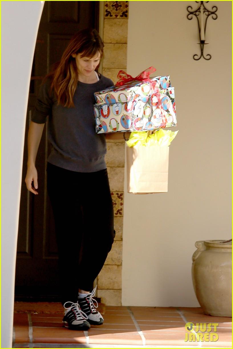jennifer garner gets ready for christmas picks up gifts 09