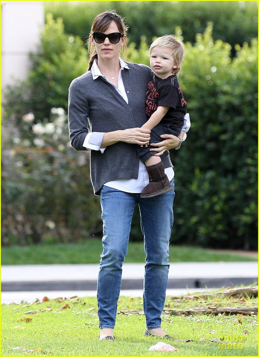 jennifer garner haircut for lollipop lovin samuel 05