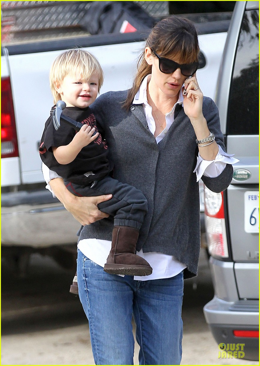 jennifer garner haircut for lollipop lovin samuel 09