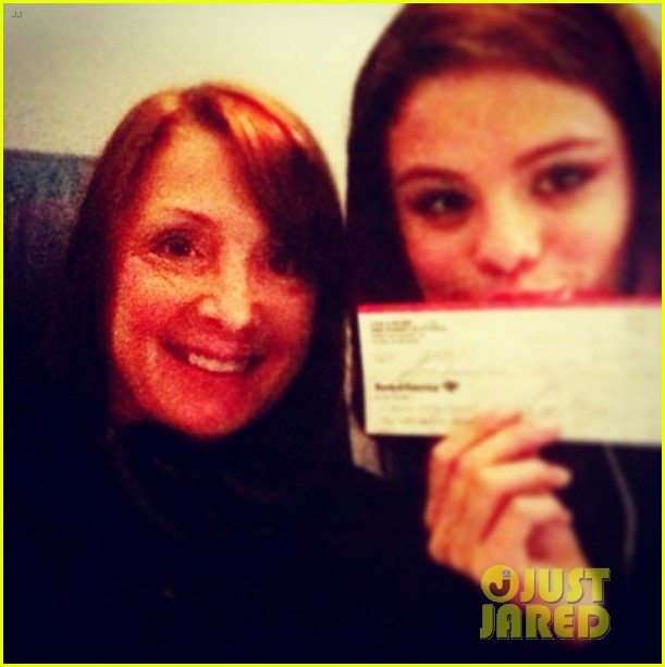 selena gomez makes new friend on flight gets unicef donation 013018526