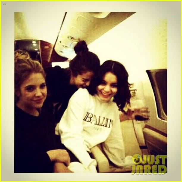 selena gomez makes new friend on flight gets unicef donation 023018527