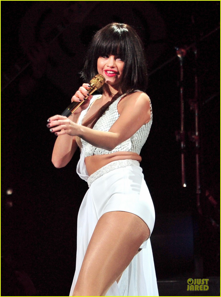 selena gomez sports wig for 1061 kiss fm jingle ball 023003940