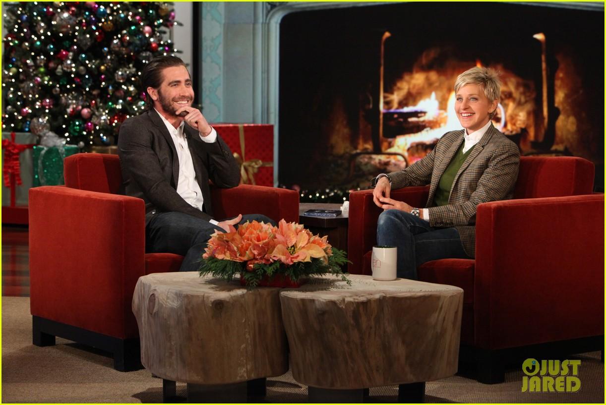 jake gyllenhaal reveals injured hand on ellen show 013006641