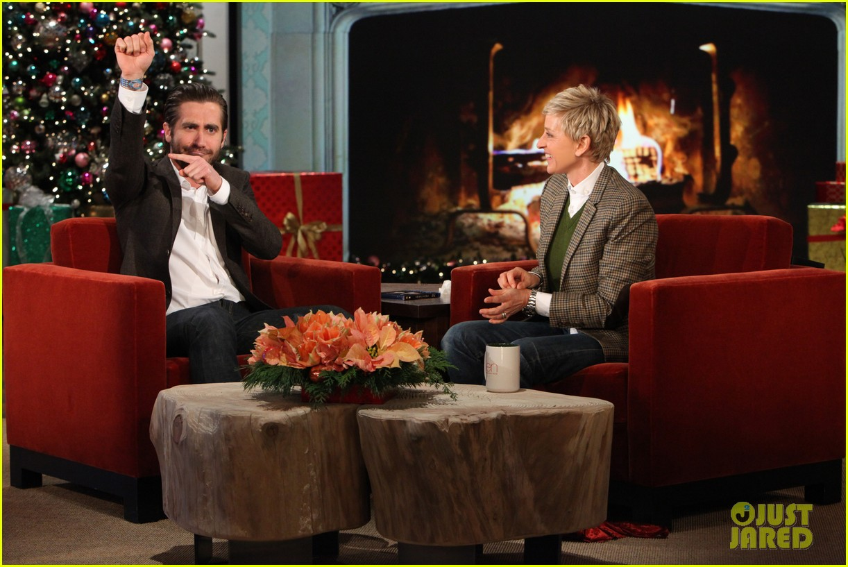 jake gyllenhaal reveals injured hand on ellen show 033006643