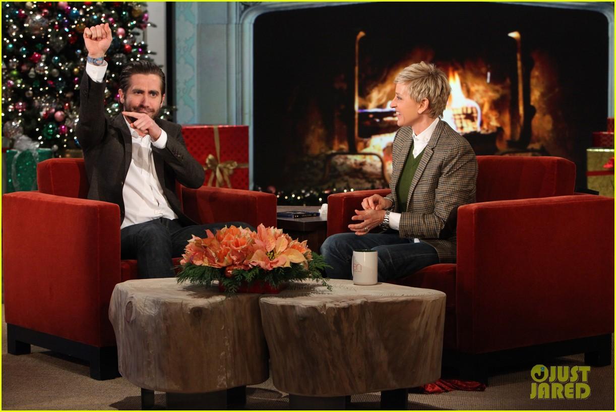 jake gyllenhaal reveals injured hand on ellen show 03