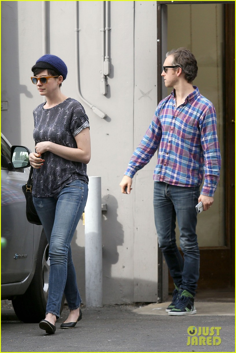 anne hathaway adam shulman flat tire after meal 083004166