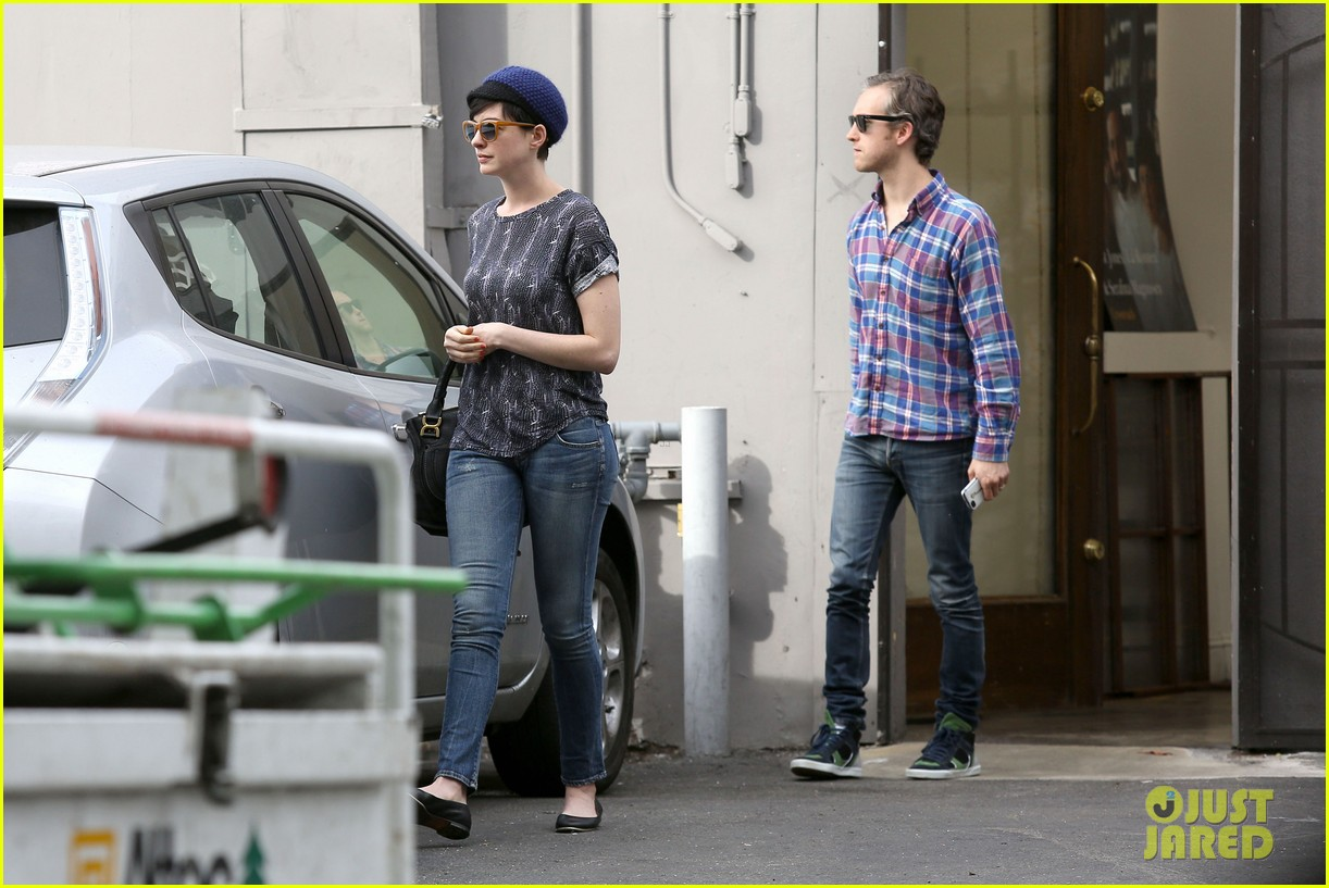 anne hathaway adam shulman flat tire after meal 133004171