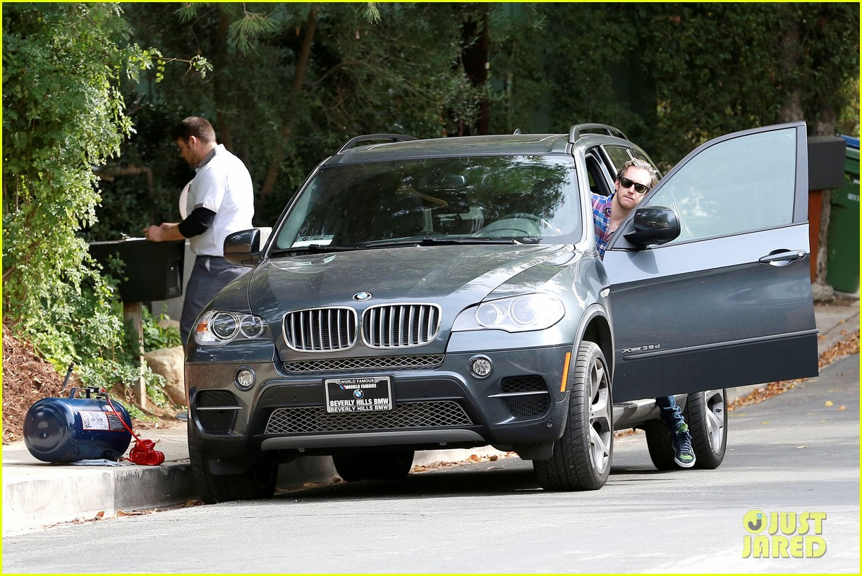 anne hathaway adam shulman flat tire after meal 143004172