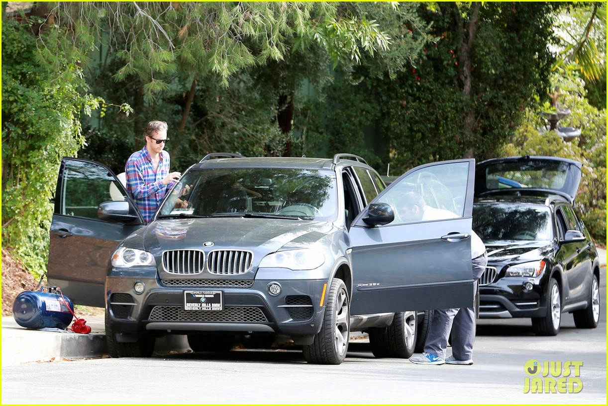 anne hathaway adam shulman flat tire after meal 183004176