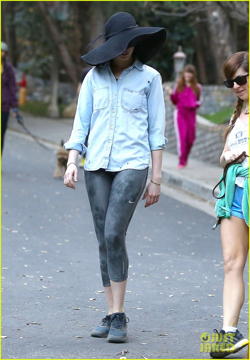 anne hathaway hides under floppy hat in los angeles 013019870