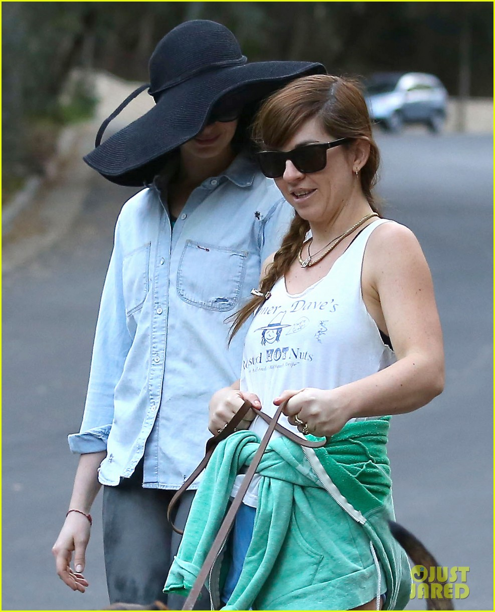anne hathaway hides under floppy hat in los angeles 09