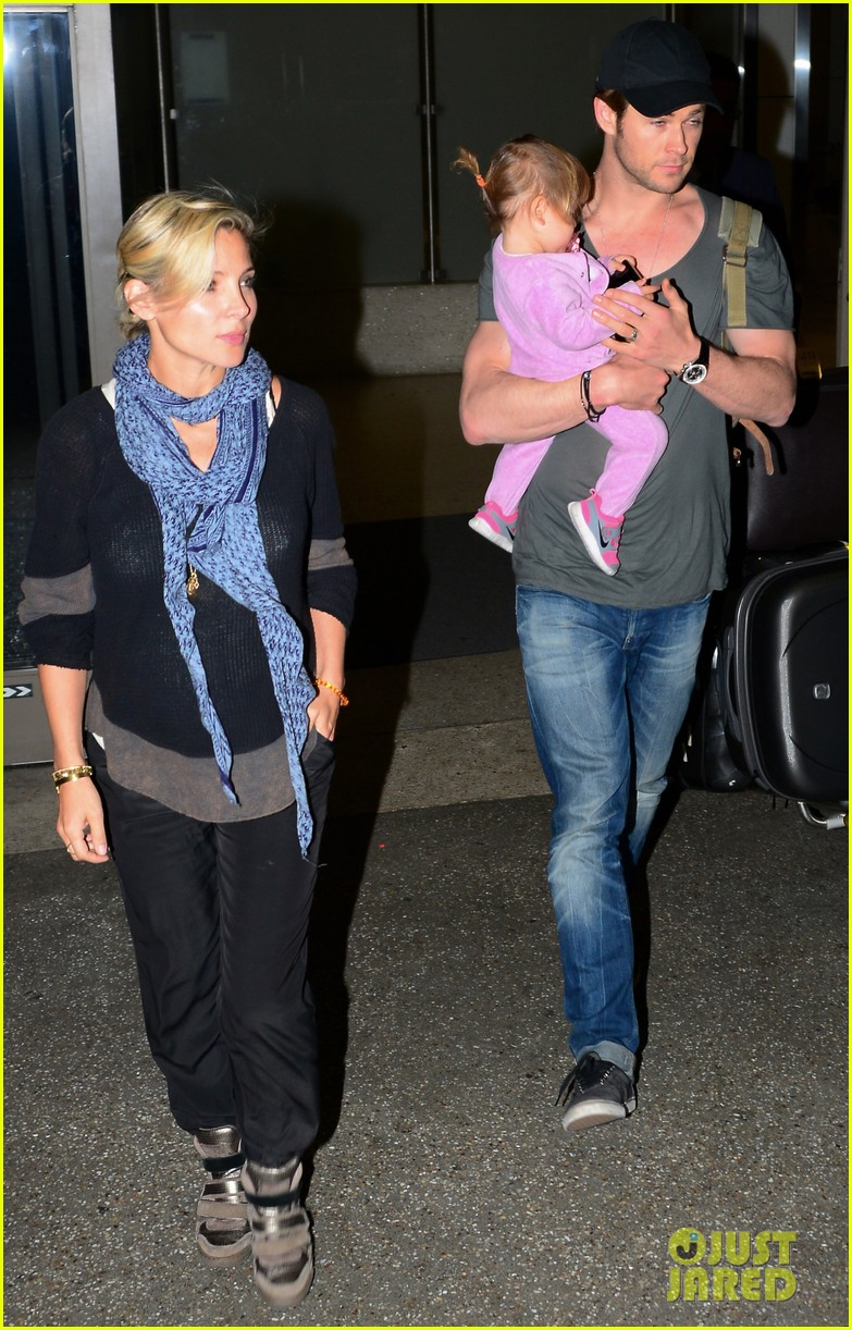 chris hemsworth carries india in his huge arms at lax 013015335