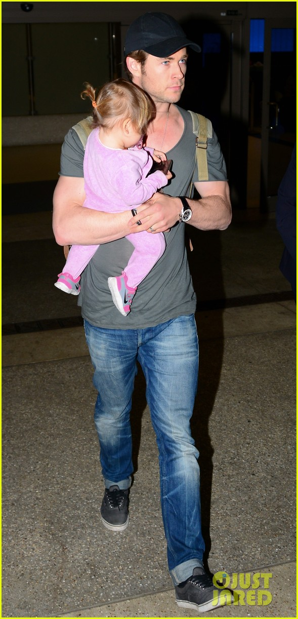 chris hemsworth carries india in his huge arms at lax 033015337