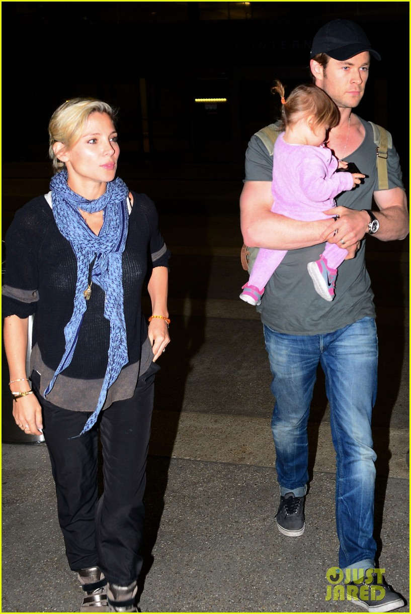 chris hemsworth carries india in his huge arms at lax 053015339