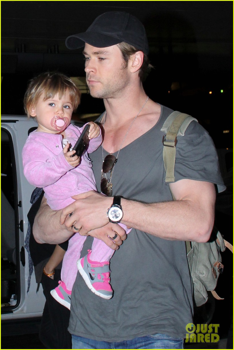 chris hemsworth carries india in his huge arms at lax 07