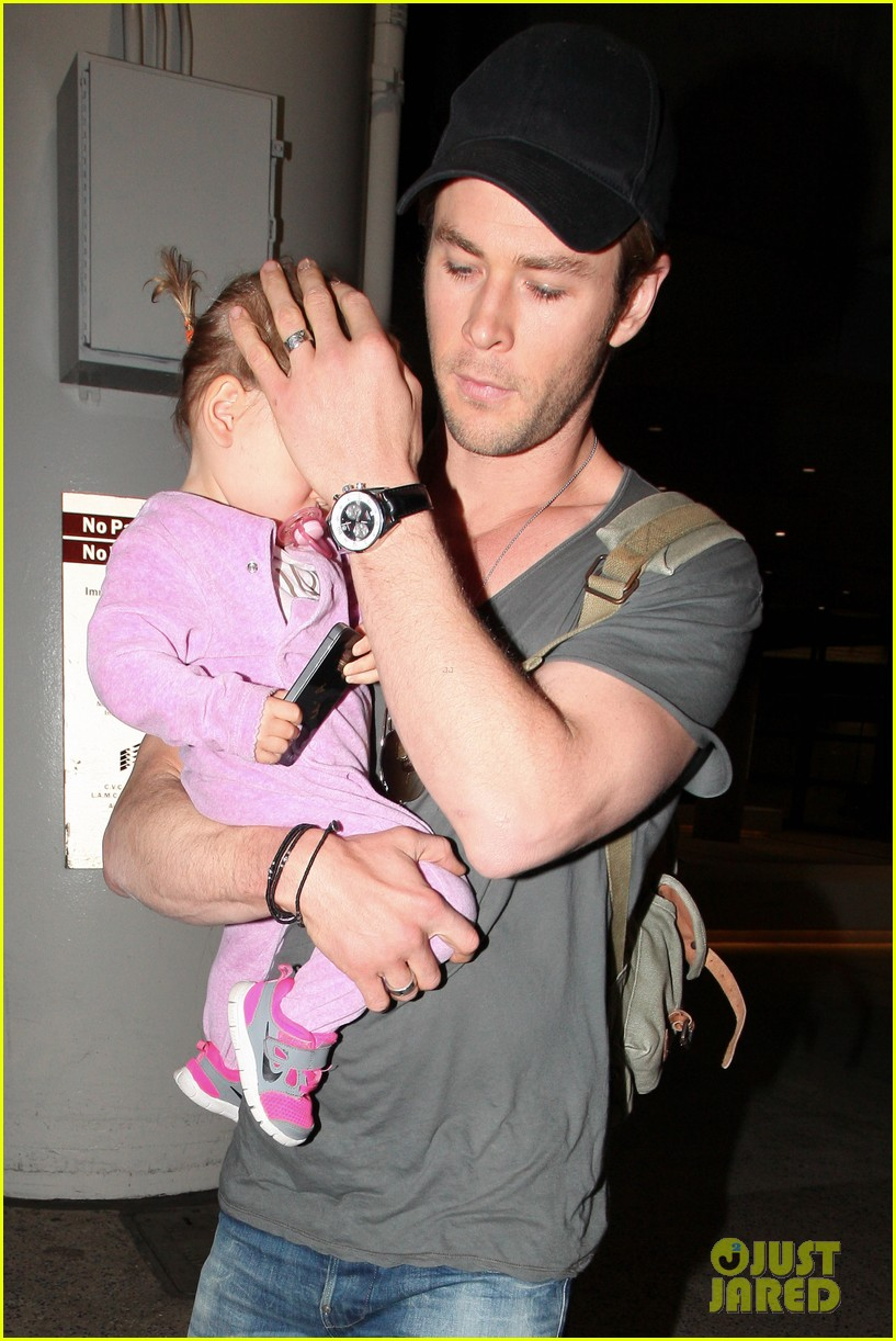 chris hemsworth carries india in his huge arms at lax 113015345