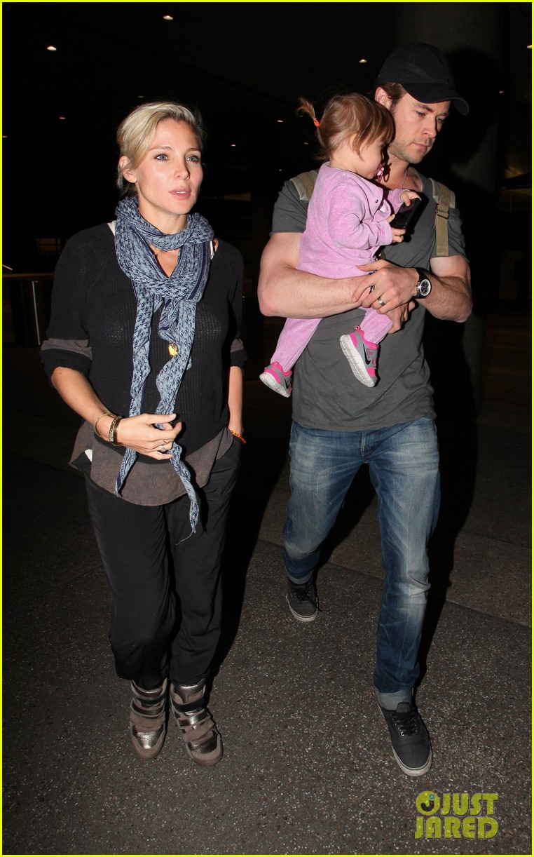 chris hemsworth carries india in his huge arms at lax 133015347