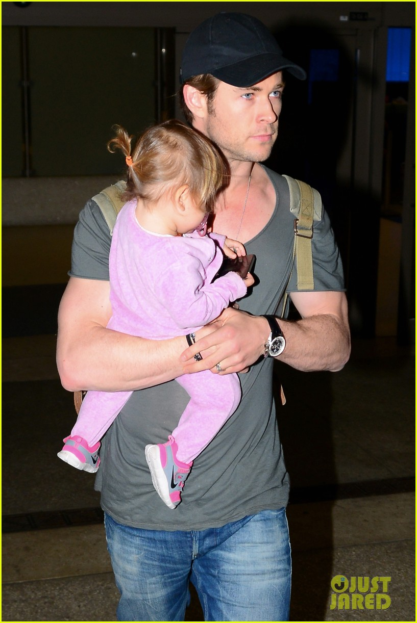 chris hemsworth carries india in his huge arms at lax 153015349