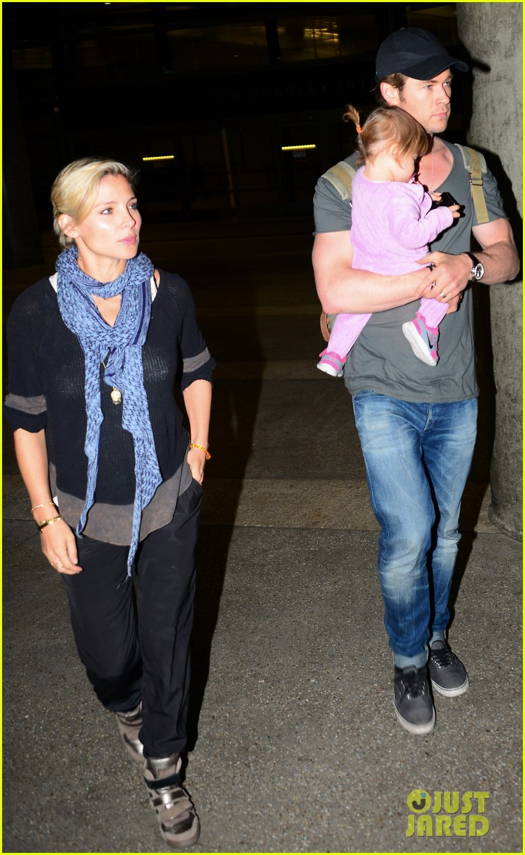 chris hemsworth carries india in his huge arms at lax 183015352