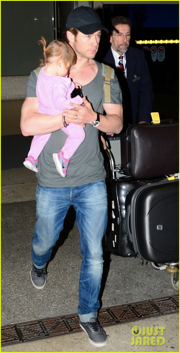 chris hemsworth carries india in his huge arms at lax 193015353