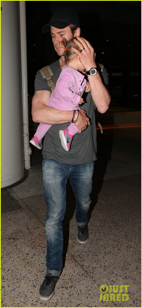 chris hemsworth carries india in his huge arms at lax 243015358